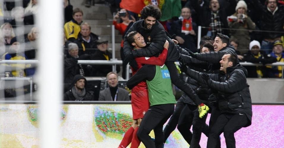 19.nov.2013 - Jogadores do Portugal comemoram gol marcado por Cristiano Ronaldo (e) na partida contra a Suécia pela repescagem da Copa do Mundo-2014; vitória por 3 a 2 classificou portugueses para o Mundial