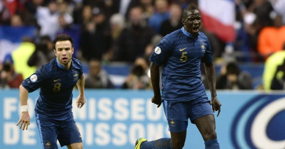 19.nov.2013 - Mamadou Sakho comemora o primeiro gol da França contra a Ucrânia pela repescagem europeia; vitória por 3 a 0 classificou os Bleus para a Copa-2014