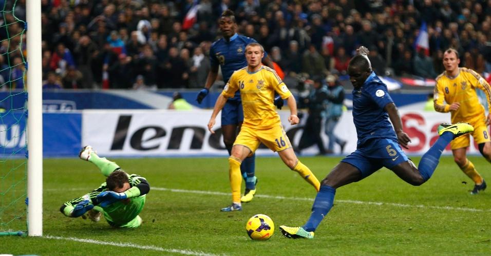19.nov.2013 - Mamadou Sakho, zagueiro francês, chuta para abrir o placar para a França diante da Ucrânia; vitória por 3 a 0 classificou os Bleus para a Copa-2014