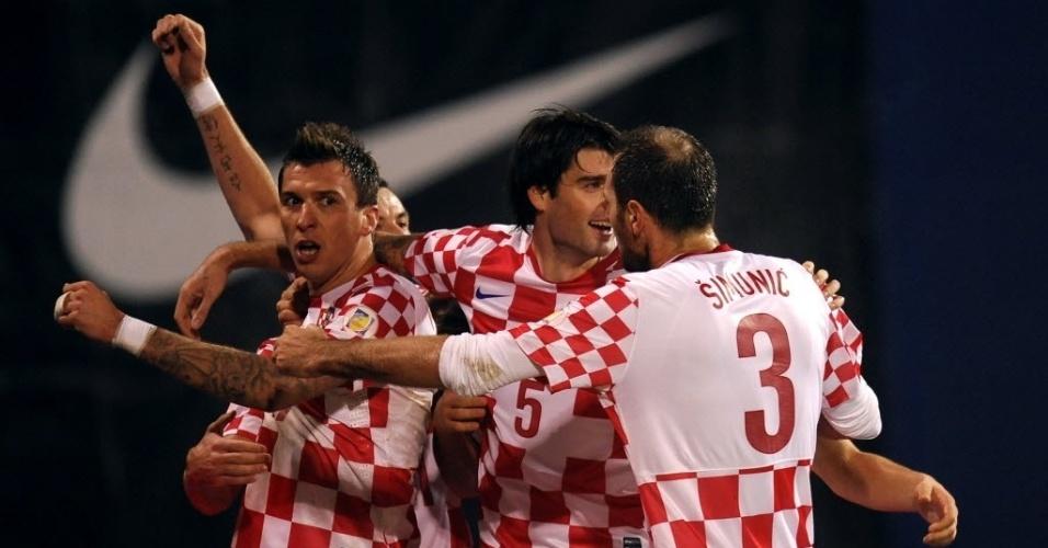 19.nov.2013 - Mario Mandzukic (e) comemora após marcar na vitória por 2 a 0 da Croácia sobre a Islândia pela repescagem da Copa do Mundo-2014; resultado garantiu o país na Copa do Mundo do Brasil