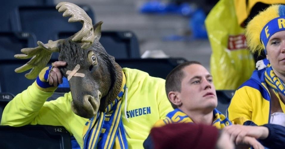 19.nov.2013 - Torcedor sueco vestido com a cabeça de um alce fica cabisbaixo após eliminação da sua seleção para Portugal na repescagem das Eliminatórias