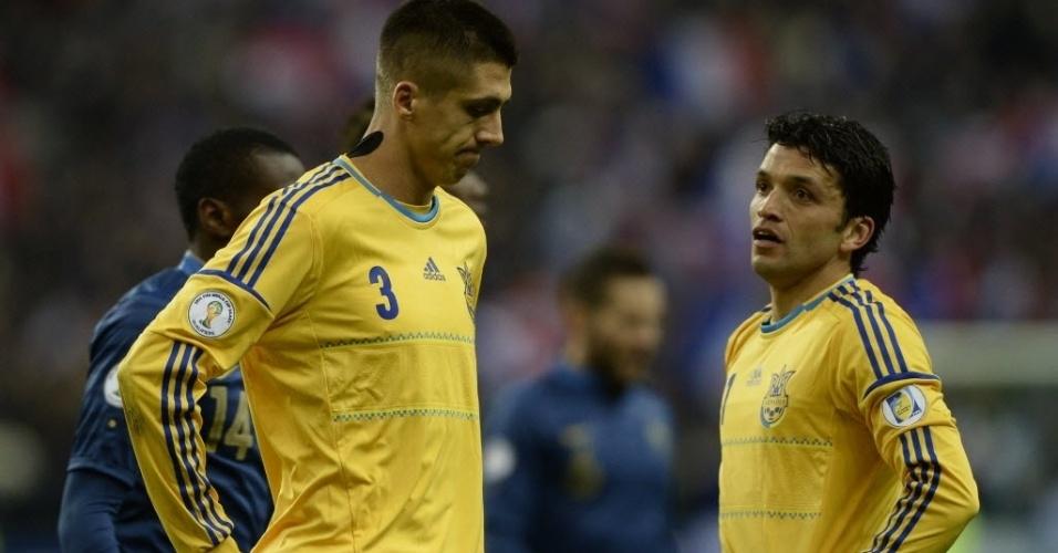 19.nov.2013 - Zagueiros da Ucrânia lamentam após gol sofrido pela França na partida da repescagem da Copa do Mundo