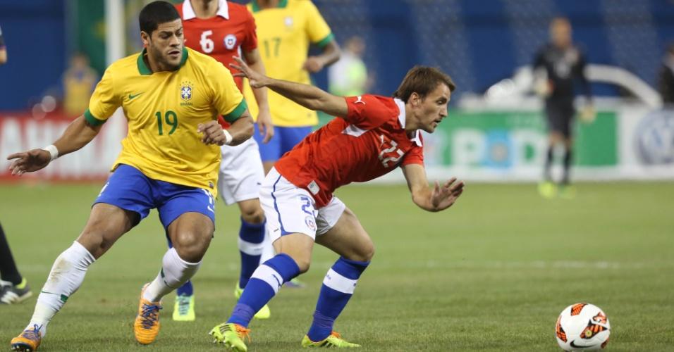 19.nov.2013 - Hulk, atacante do Brasil, tenta jogada em amistoso contra a seleção chilena em Toronto
