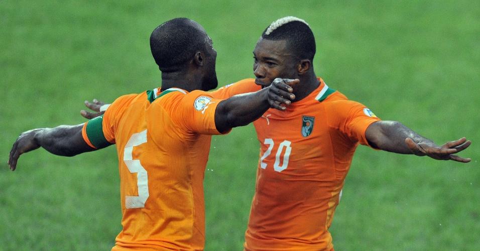 23.mar.2013 - Didier Zokora (e) e Geoffroy Die Serey comemoram um dos gols da vitória por 3 a 0 da Costa do Marfim sobre Gâmbia pelas eliminatórias da Copa-2014
