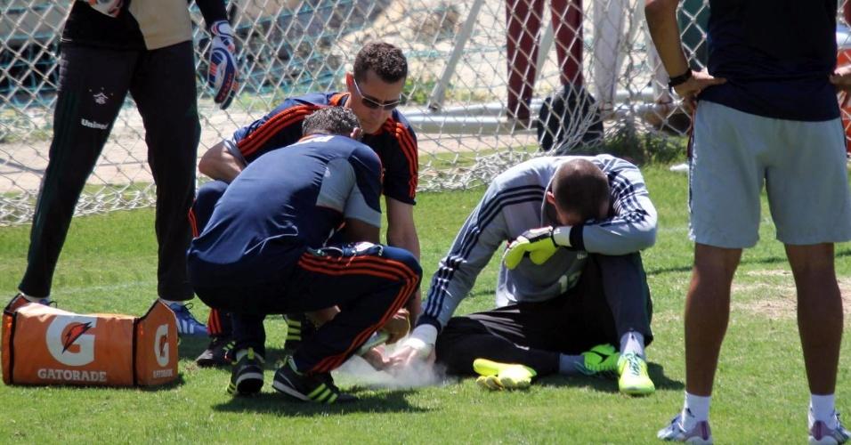 Diego Cavalieri recebe atendimento médico após sentir dores na mão direita em treino do Fluminense