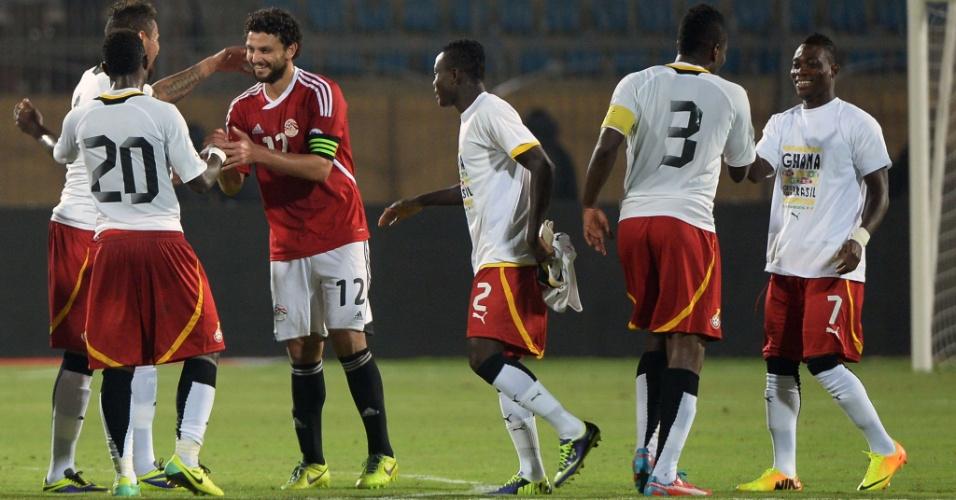 19.nov.2013 - Ghaly, do Egito, cumprimenta atletas de Gana, que se classificou para a Copa-2014 mesmo com uma derrota por 2 a 1