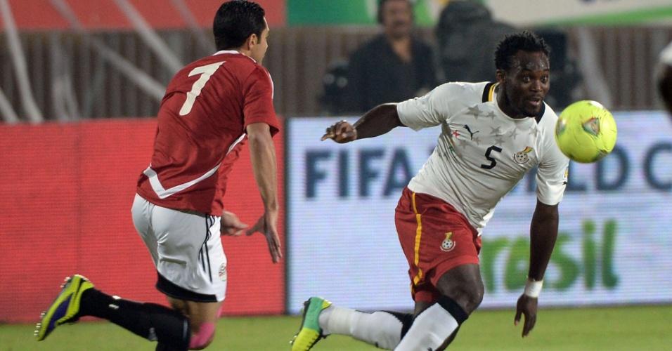 19.nov.2013 - Michael Essien, de Gana, tenta vencer duelo com o egípcio Fathy; apesar da derrota por 2 a 1, ganenses se classificaram para a Copa-2014
