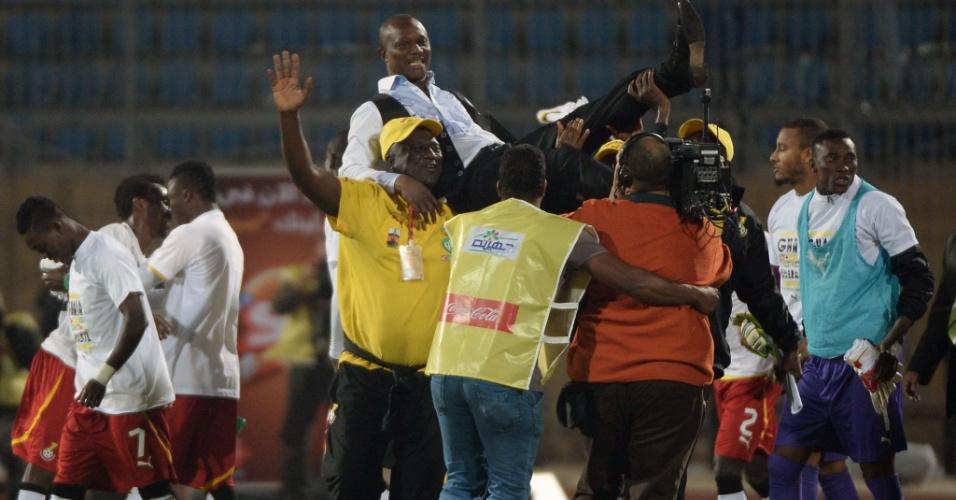 19.nov.2013 - James Kwesi Appiah, técnico de Gana, é levantado após sua seleção se classificar para a Copa-2014 mesmo com uma derrota por 2 a 1 para o Egito