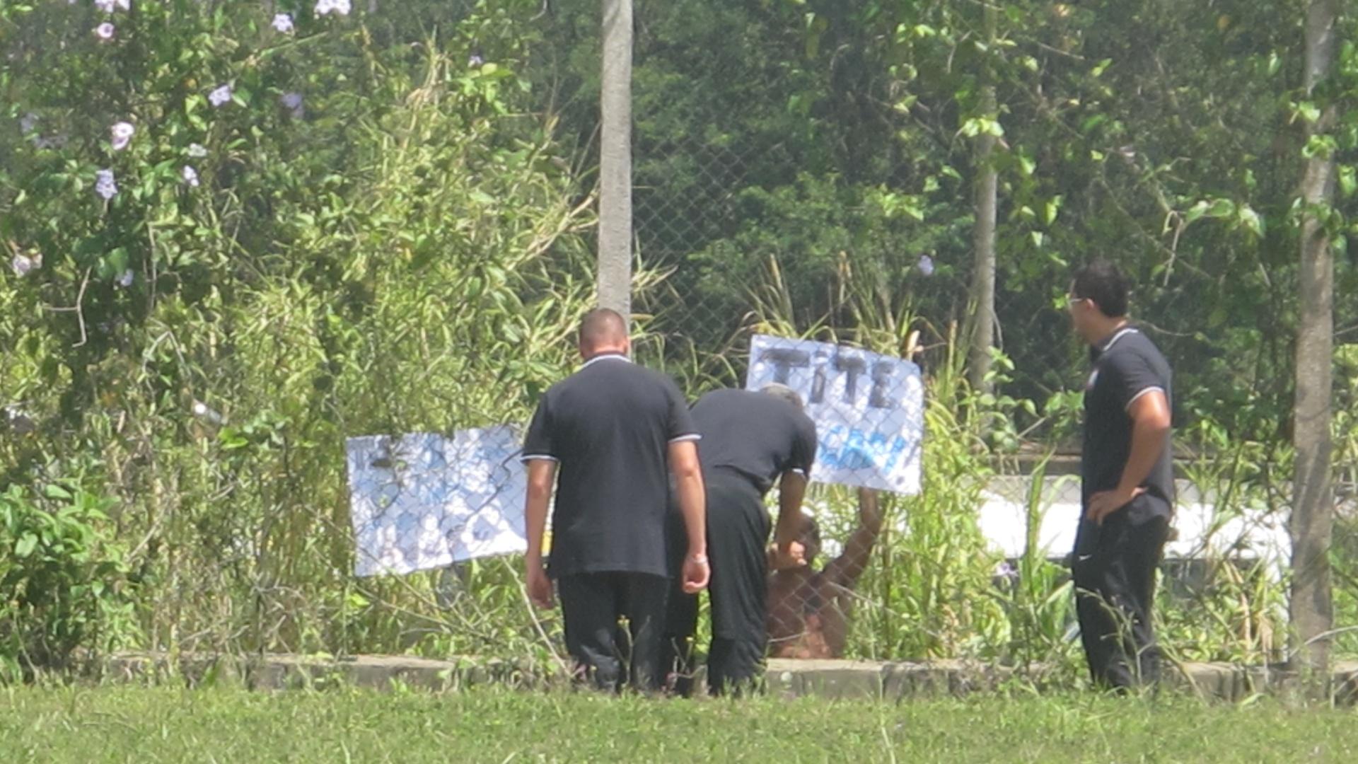 Tite conversa com torcedor que levou faixas para agradecer ao treinador no CT do Corinthians