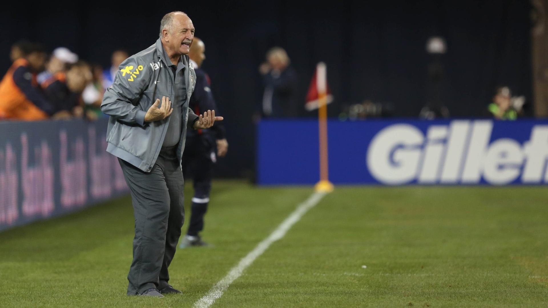 19.nov.2013 - Felipão orienta o Brasil durante amistoso contra a seleção chilena, em Toronto