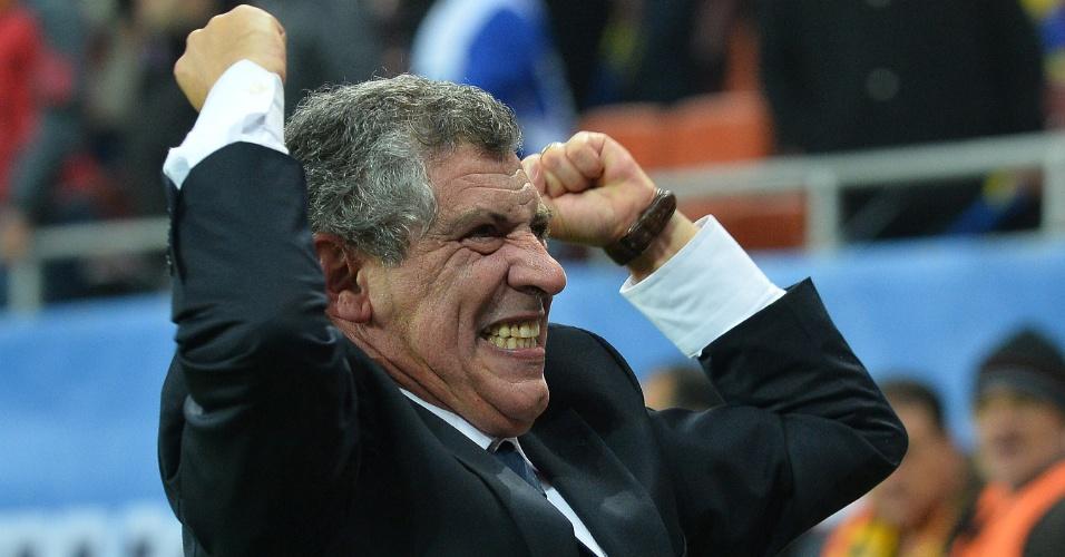 19.nov.2013 - Fernando Santos, técnico da Grécia, vibra com a classificação da equipe para a Copa do Mundo-2014; vaga foi assegurada com o empate por 1 a 1 com a Romênia