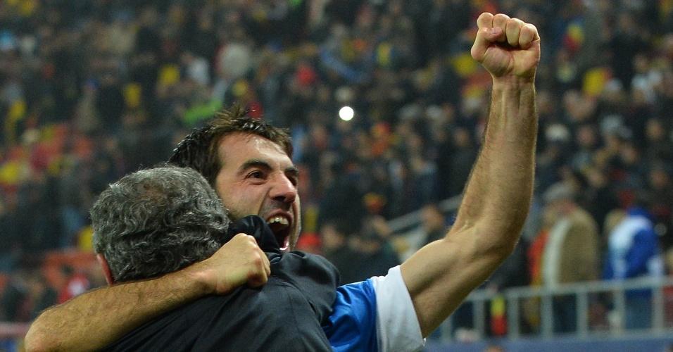 19.nov.2013 - Giorgos Karagounis, abraçado com o técnico Fernando Santos, comemora a classificação da Grécia para a Copa do Mundo-2014, conquistada com o empate por 1 a 1 com a Romênia