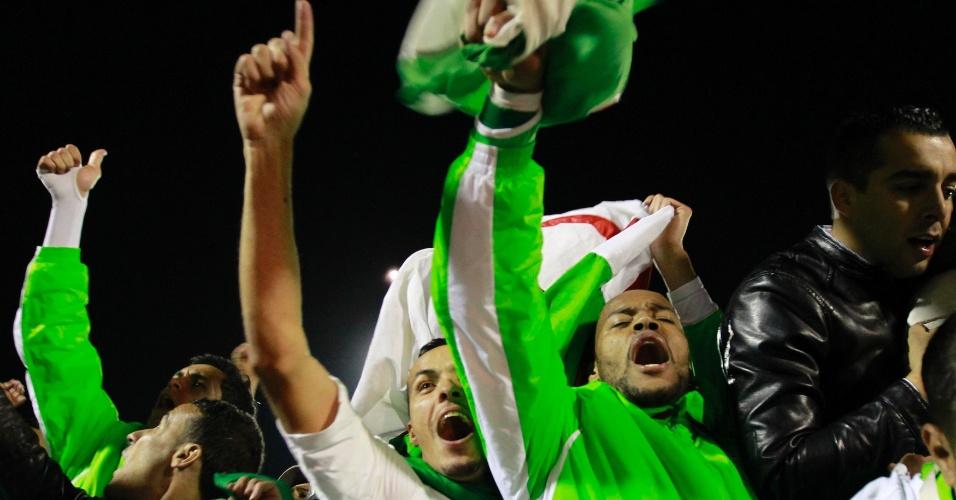 19.nov.2013 - Jogadores da Argélia comemoram a classificação da equipe para a Copa do Mundo-2014; vaga foi confirmada com a vitória por 1 a 0 sobre Burkina Fasso