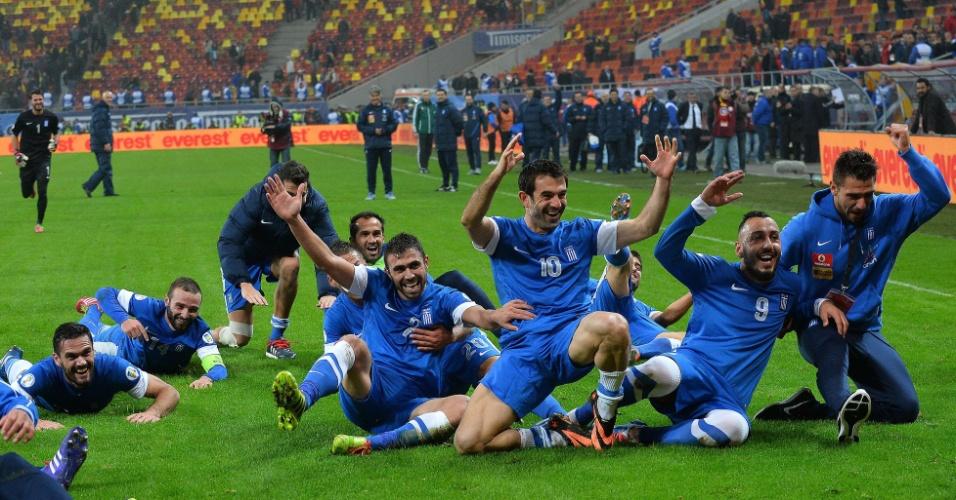 19.nov.2013 - Jogadores da Grécia se jogam no gramado para comemorar a vaga na Copa do Mundo-2014, conquistada com o empate por 1 a 1 com a Romênia