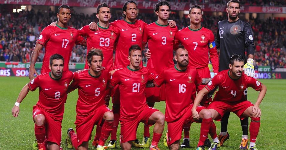 19.nov.2013 - Jogadores de Portugal posam para tradicional foto antes da partida de volta contra a suécia pela repescagem europeia para a Copa-2014