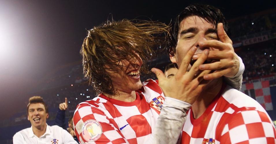 19.nov.2013 - Luka Modric (e) e Vedran Corluka comemoram a classificação da Croácia para a Copa do Mundo-2014; vaga foi confirmada com a vitória por 2 a 0 sobre a Islândia