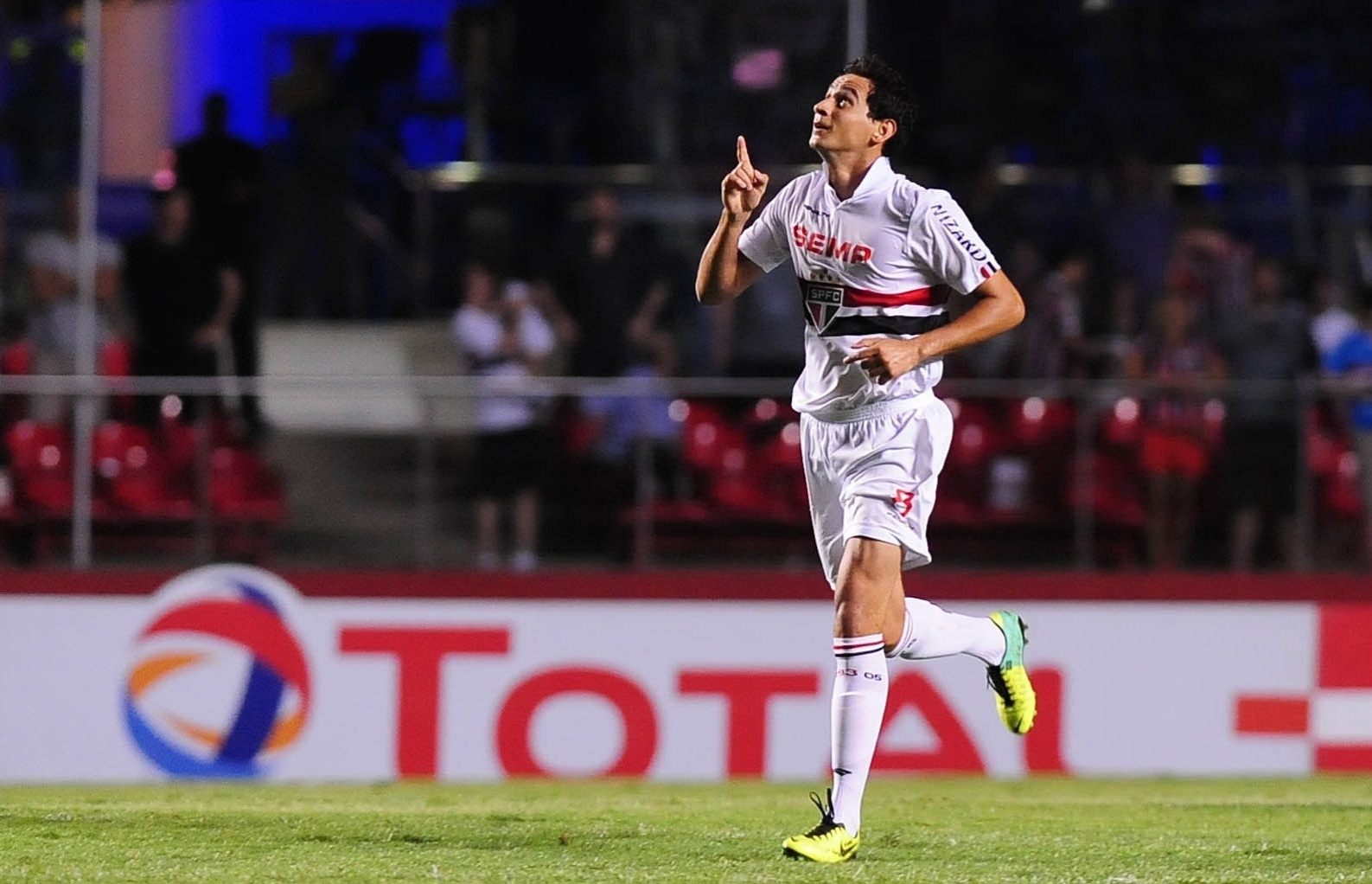 20.nov.2013 - Paulo Henrique Ganso comemora gol do São Paulo sobre a Ponte Preta na semifinal da Sul-Americana