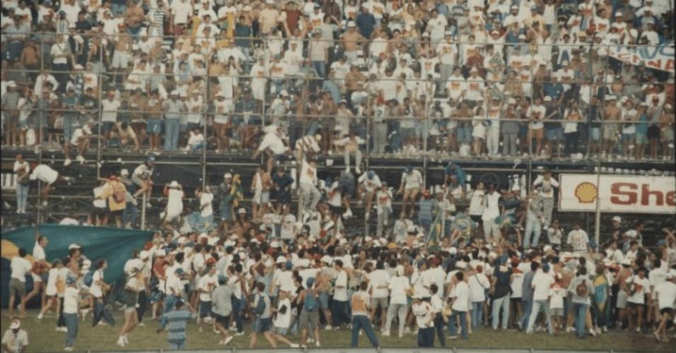 28.03.93 - Torcida invade pista de Interlagos após vitória de Senna no GP de F-1