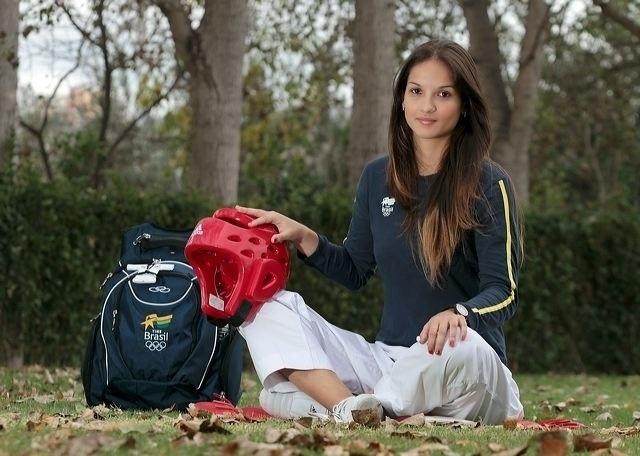 Aos 23 anos, Raphaella Galacho é lutadora de taekwondo representando o Brasil também como atleta militar. Ela mira o Rio-2016, depois de ter passado por desafios na carreira: dos apertos financeiros a uma quarentena por conta da gripe suína