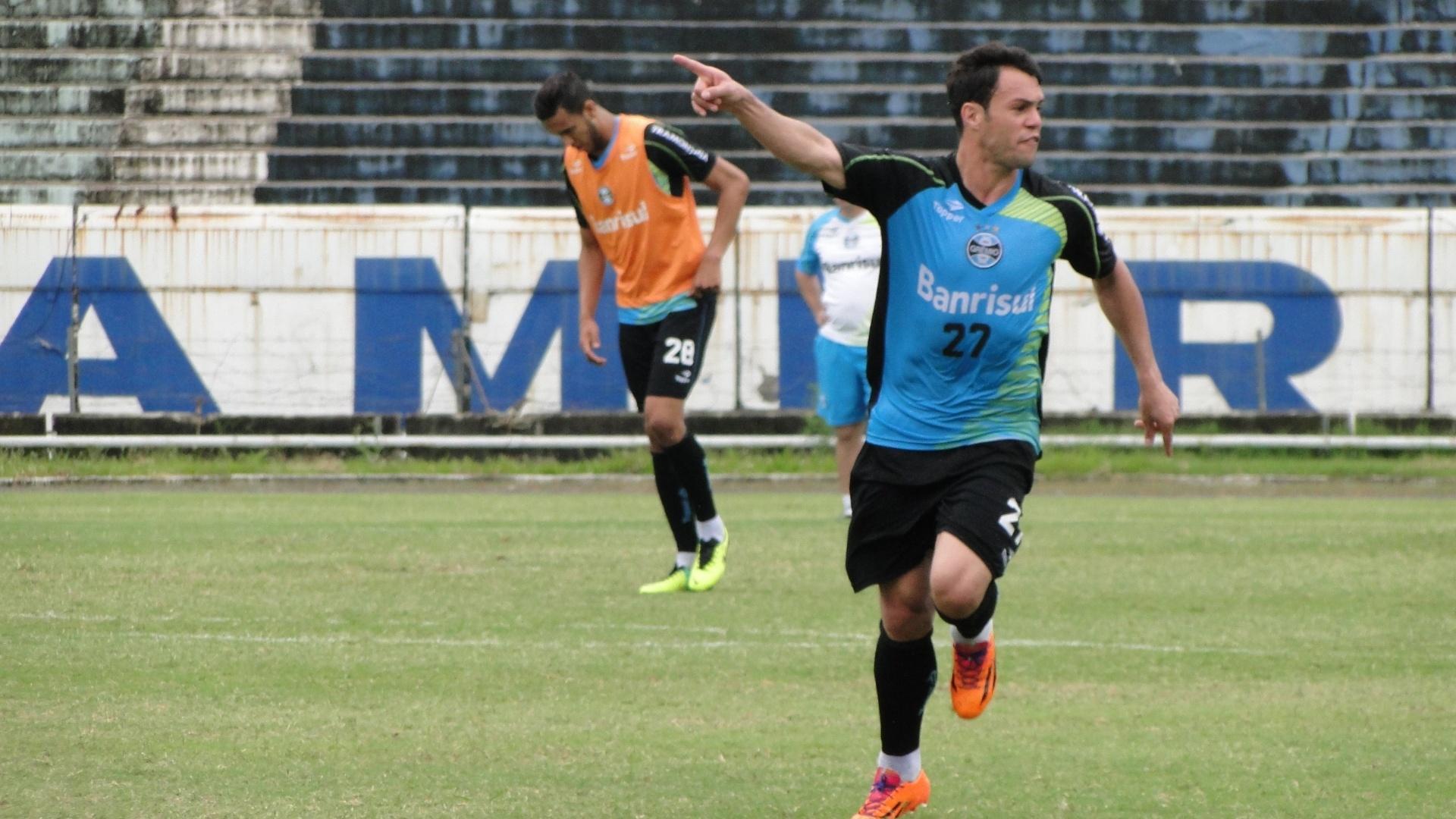Atacante Kleber passa orientações durante treino do Grêmio no gramado principal do estádio Olímpico (20/11/2013)