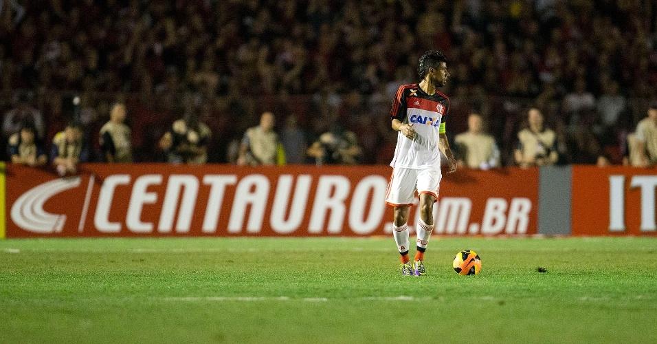 Léo Moura, do Flamengo, caminha durante final contra o Atlético-PR - 20.nov.2013