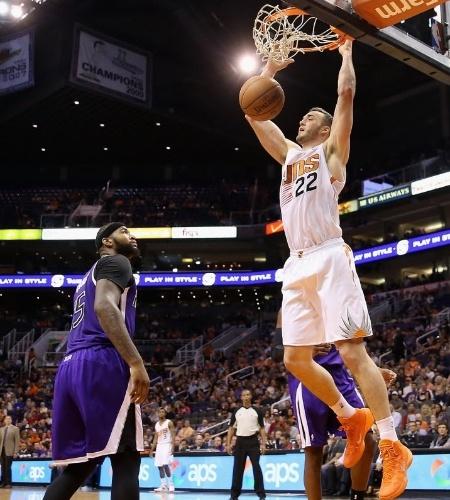 20.nov.2013 - Miles Plumlee enterra durante a derrota de seu Phoenix Suns para o Sacramento Kings por 113 a 106