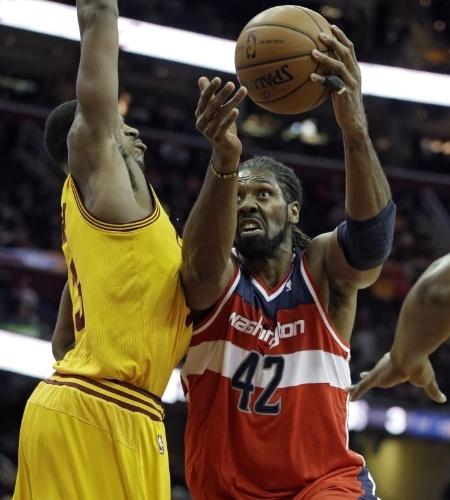 20.nov.2013 - Nenê foi o principal reboteiro dos Wizards (8) na vitória sobre os Cavs por 98 a 91
