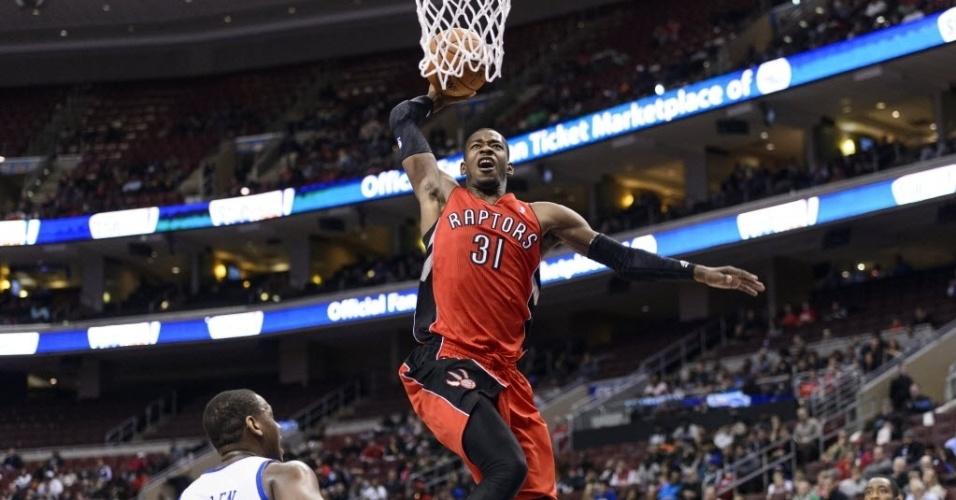 20.nov.2013 - Terrence Ross sobe para a cravada na vitória do Toronto Raptors, fora de casa, sobre o Philadelphia 76ers: 108 a 98