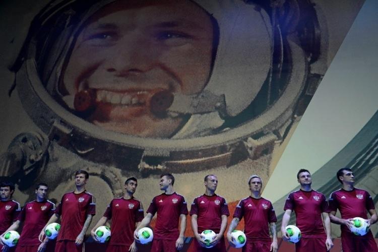 21.nov.2013 - A Rússia lançou oficialmente seu uniforme para a Copa-2014 nesta quinta; a camisa tem marca d'água com homenagem aos astronautas do país