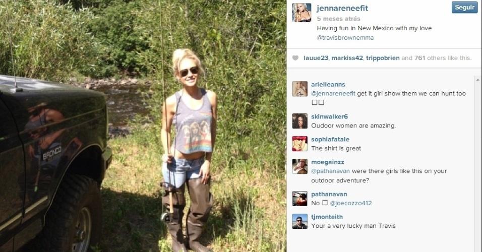 Modelo Jenna Renee posta momento de descontração, em uma sessão de pesca com Travis Browne, lutador do UFC que é seu namorado
