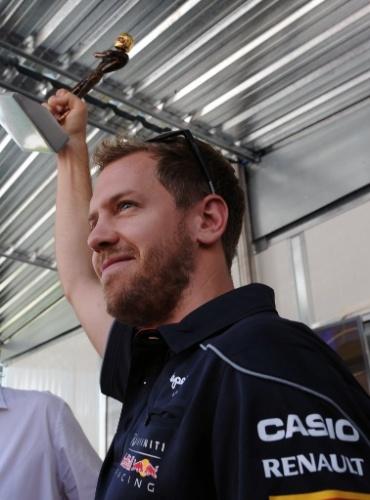 Sebastian Vettel recebe troféu de jornalistas na chegada a Interlagos nesta quinta