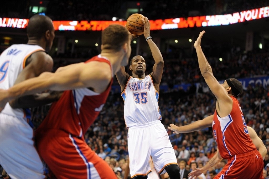 21.nov.2013 - Kevin Durant tenta arremesso durante a vitória do OKC Thunder sobre o Los Angeles Clippers