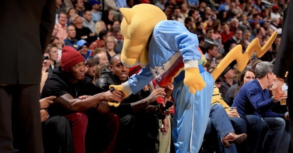 21.nov.2013 - Mascote do Denver Nuggets brinca com torcedores famosos da primeira fila da arquibanacada