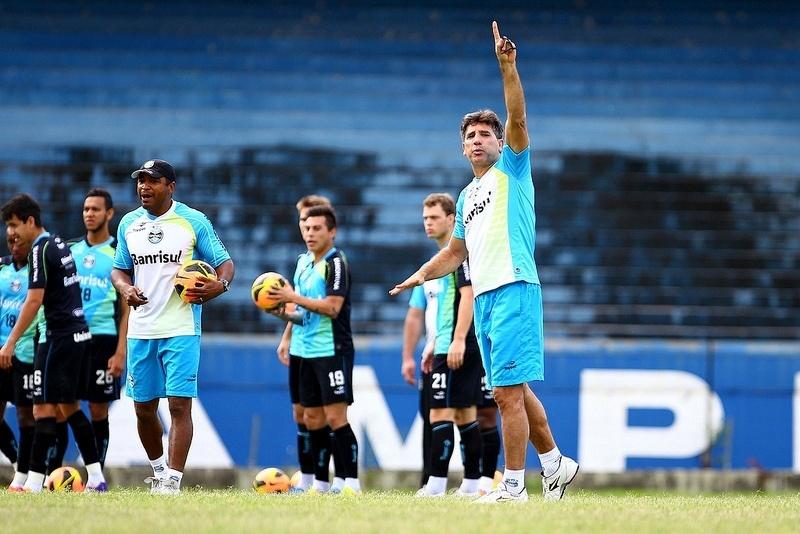 22.nov.2013 - Renato Gaúcho orienta treinamento do Grêmio no Olímpico