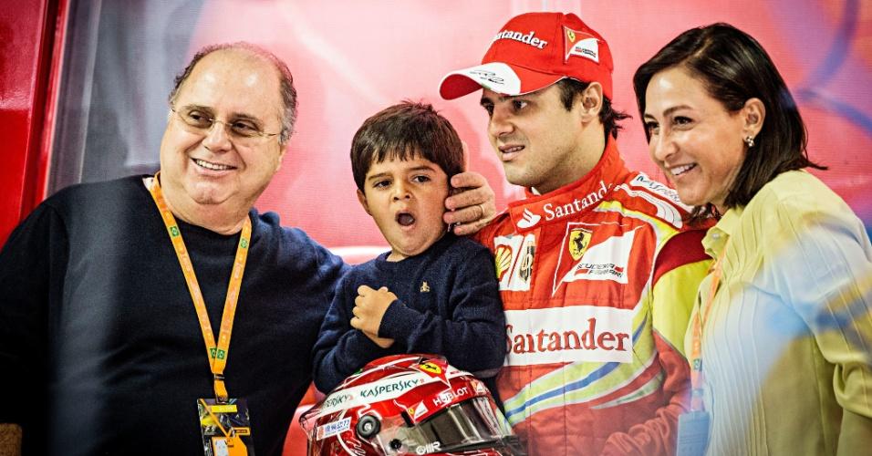 23.11.2013 - Brasileiro Felipe Massa tira foto com seu filho Felipinho e os pais nos boxes da Ferrari