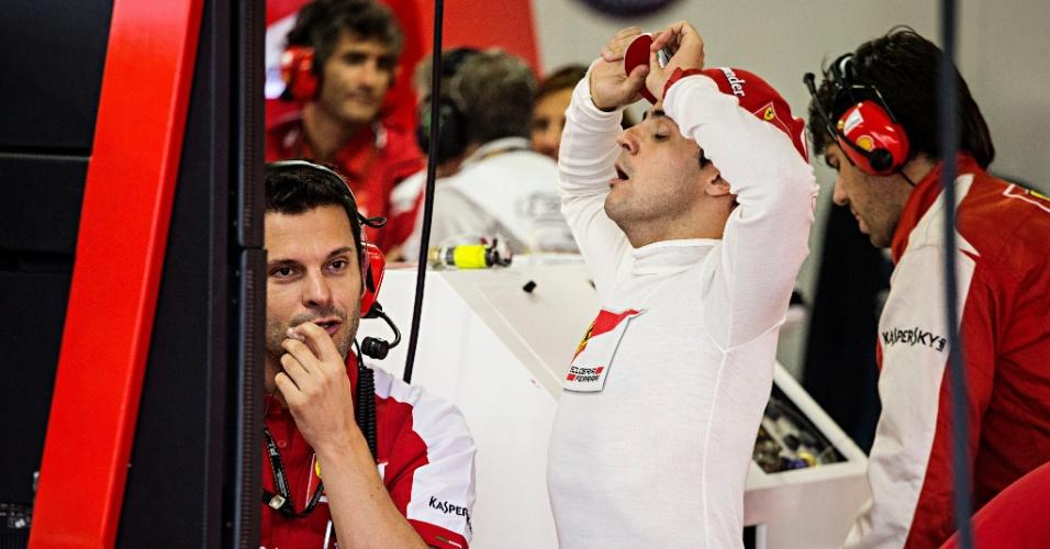23.11.2013 - Felipe Massa se espreguiça nos boxes da Ferrari. Brasileiro pouco participou da terceira sessão de treinos livres