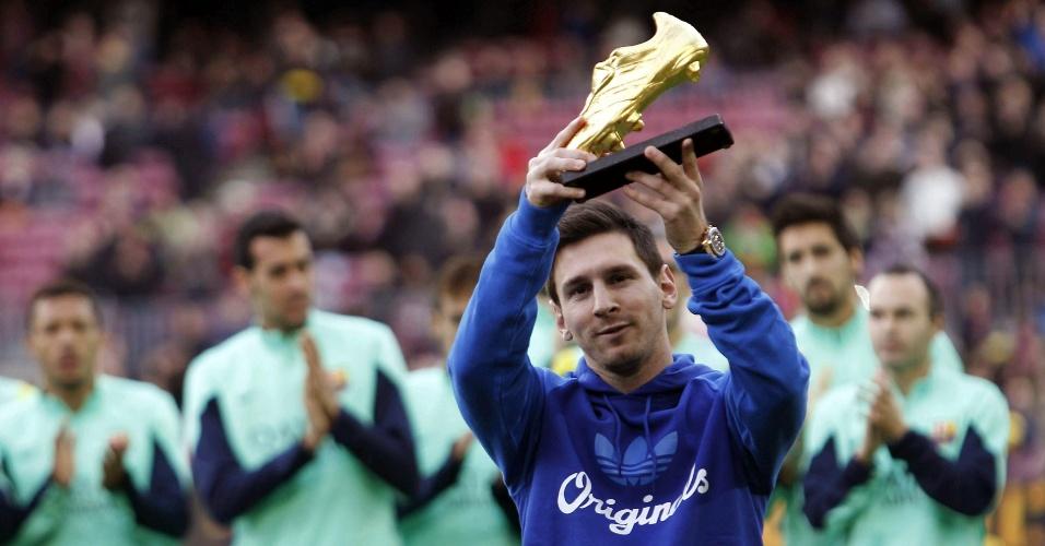 23.11.2013 - Messi levanta o troféu Bota de Ouro antes do jogo do Barcelona contra Granada