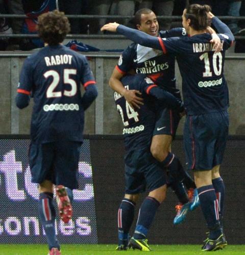 23.nov.2013 - Lucas comemora com seus companheiros de time após marcar o primeiro gol do PSG contra o Reims
