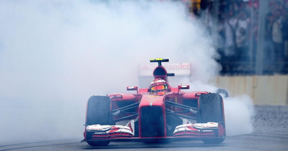 "24.11.2013 - Felipe Massa faz ""zerinhos"" após o GP Brasil de F-1"