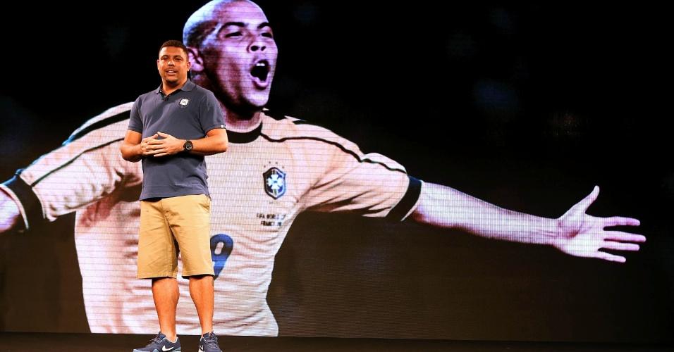 Ex-atacante Ronaldo participa do lançamento da nova camisa da seleção, mas vestiu peça de passeio da coleção (24.nov.2013)