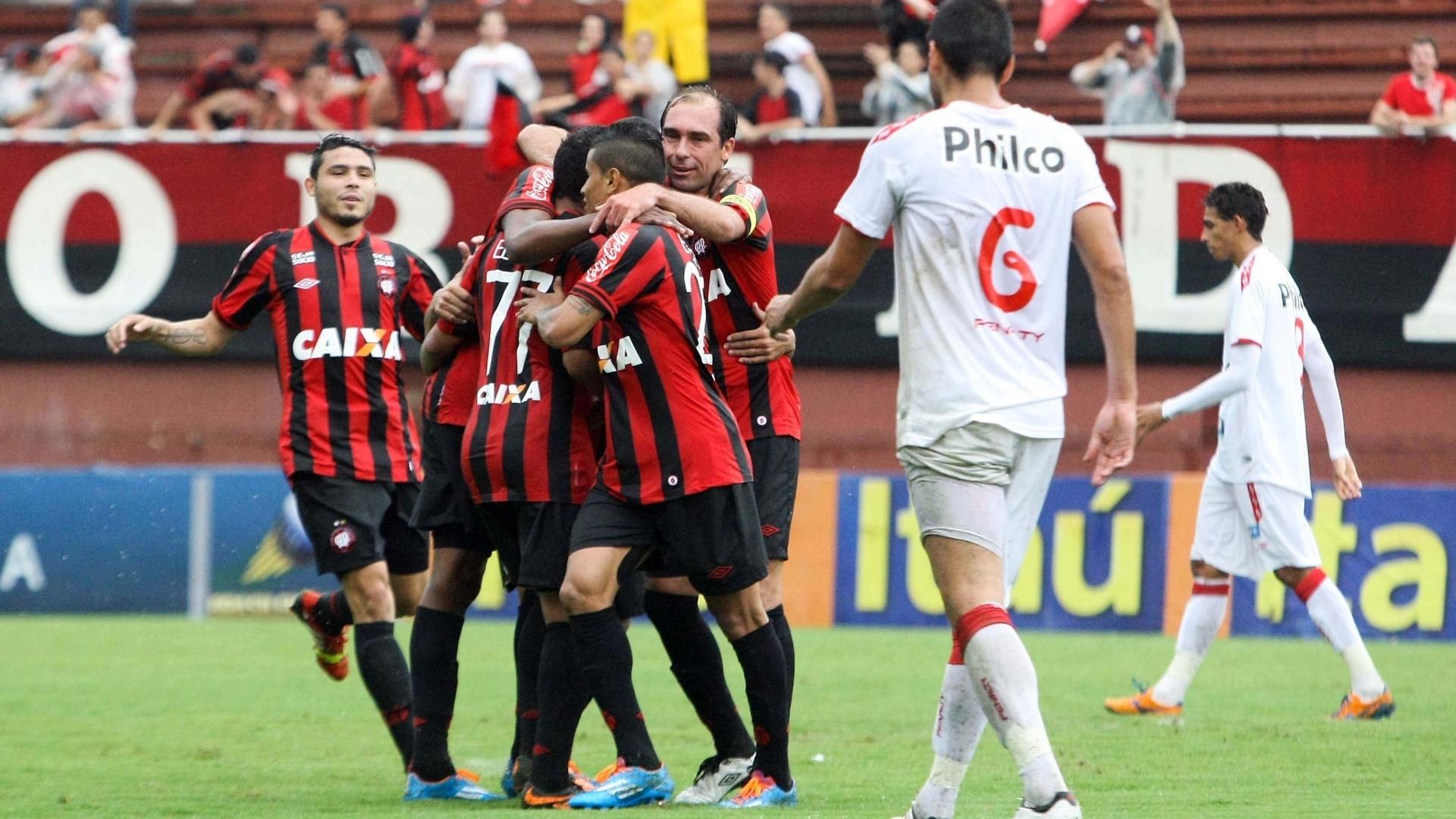 Jogadores do Atlético-PR comemoram gol na partida contra o Náutico (24.nov.2013)