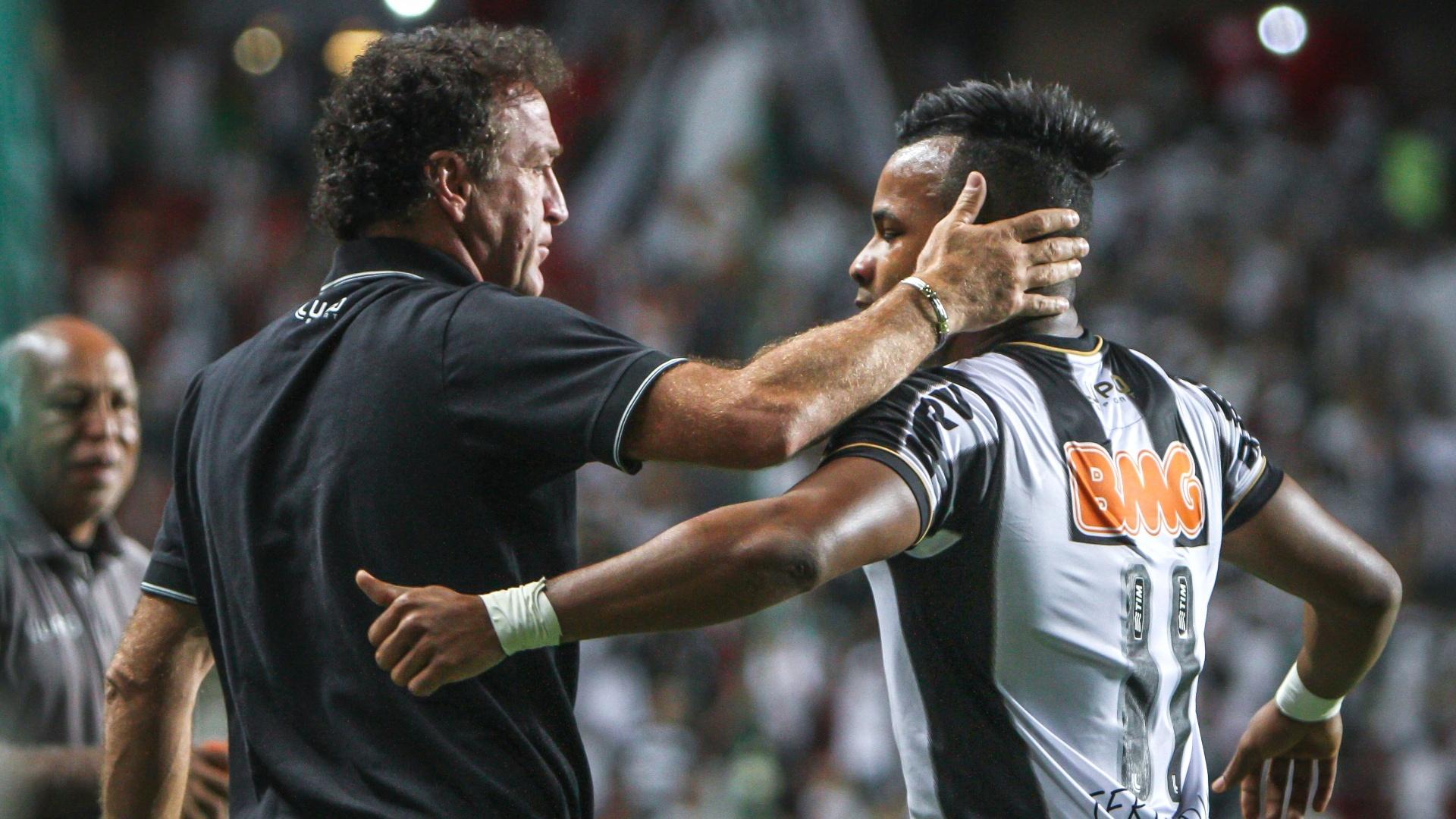 Técnico Cuca cumprimenta o atacante Fernandinho durante goleada do Atlético-MG sobre o Goiás (23/11/2013)