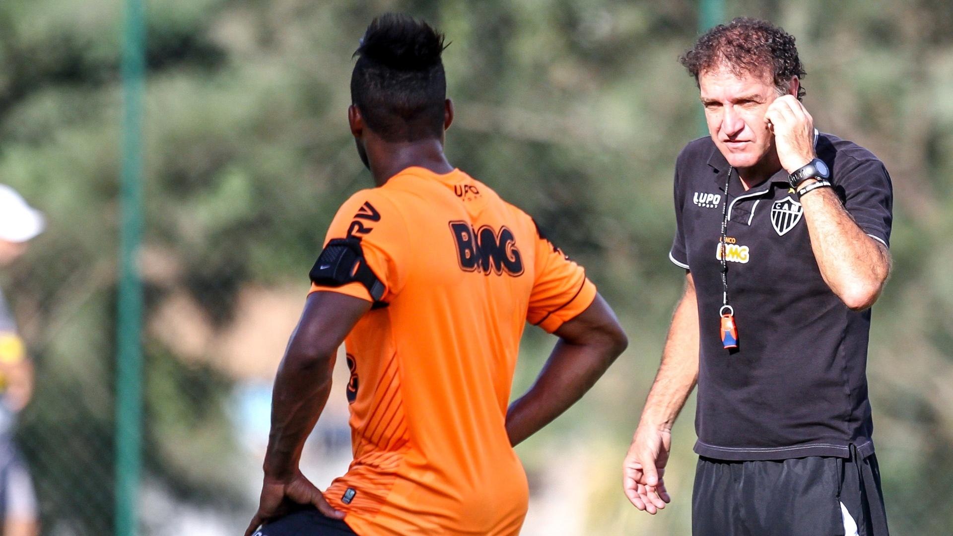 Técnico Cuca (dir.) e o atacante Fernandinho durante treino do Atlético-MG na Cidade do Galo (12/11/2013)
