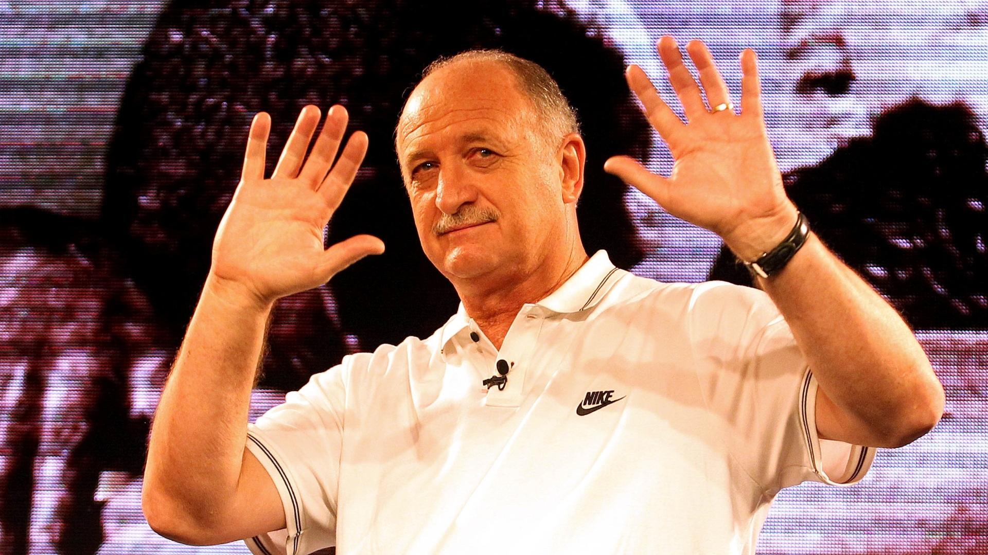 Técnico Luiz Felipe Scolari acena para o público em evento de lançamento da nova camisa da seleção brasileira (24.nov.2013)