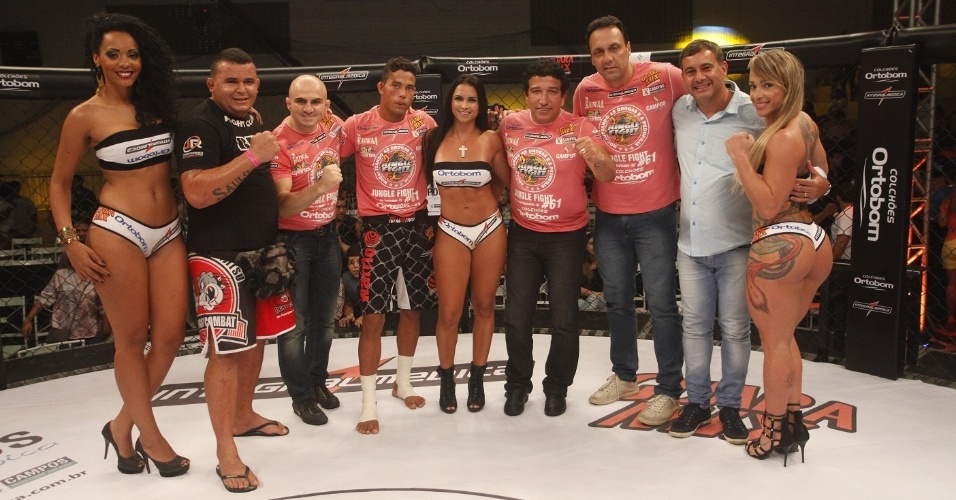 Ex-BBB Aline (e), que esteve na 13ª edição do programa, trabalha como ring girl do Jungle Fight e ergue as plaquinhas de round no evento em Campos (RJ)