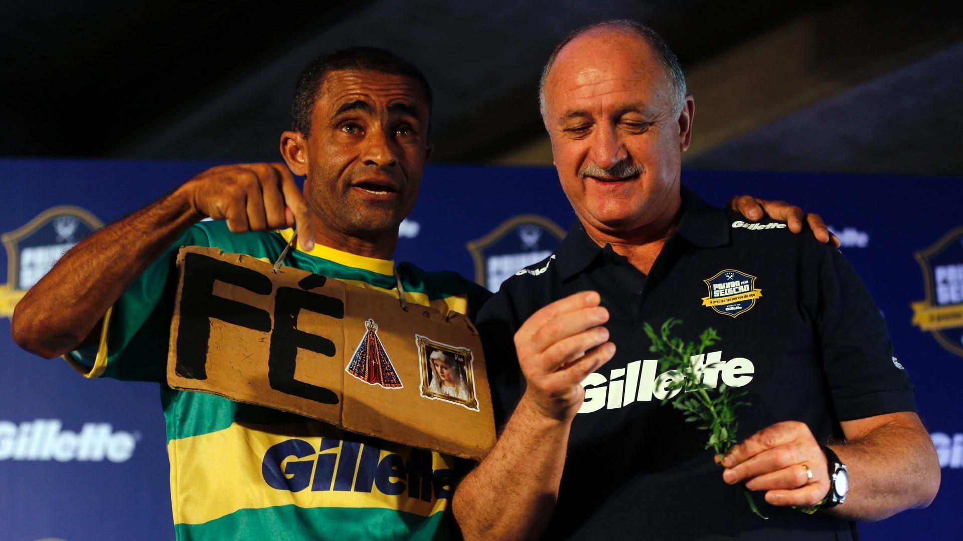 Felipão posa para foto ao lado de fã da seleção brasileira durante evento de patrocinador