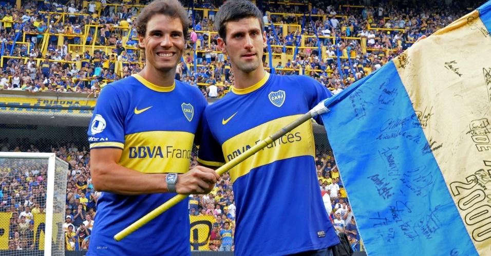 Rafael Nadal (esq.) e Novak Djokovic (dir.) visitaram o estádio La Bombonera no jogo do Boca Juniors contra o All Boys, pelo Campeonato Argentino. Os dois vestiram camisas do time do Boca
