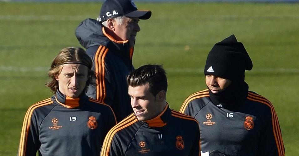 26.nov.2013 - Gareth Bale (centro) participa de treinamento do Real Madrid ao lado do brasileiro Casemiro (dir.) e do croata Modric; equipe espanhola enfrenta o Galatasaray na quarta-feira, no Santiago Bernabéu