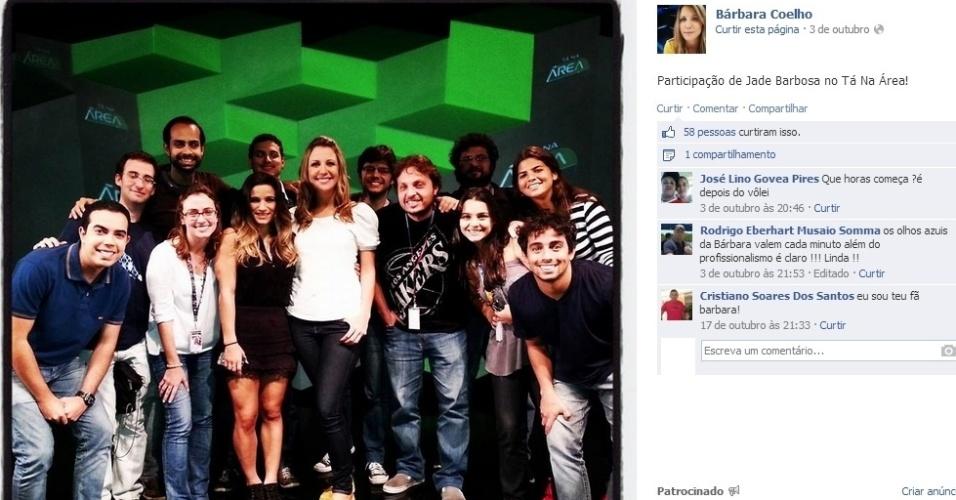 """Bárbara Coelho posa no cenário do """"Tá Na Área"""", do SporTV, em dia de entrevista com Jade Barbosa"""
