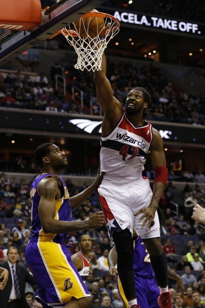 26.nov.2013 - Nenê enterra na vitória do Washington Wizards sobre o Los Angeles Lakers por 116 a 111; o brasileiro anotou 30 pontos, seu recorde na liga